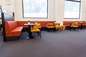 Fargesterkt: Da fargene skulle velges ut, var det viktig at de passet med fargene i det opprinnelige bygget. De fargesterke møblene står som en fin kontrast mot det mørke teppet.