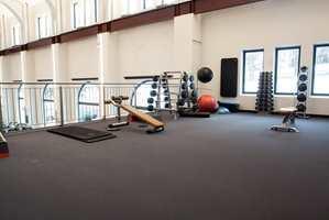 Slitesterkt: Det mørke teppet fra Forbo har god gangkomfort, er slitesterkt og enkelt å rengjøre. I tillegg bidrar det til gode akustiske forhold i storsalen, noe som er alfa og omega i det store åpne rommet.