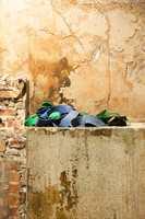 Historisk preg: I kjelleren bærer veggene preg av 100 års historie. Murveggene er bevart, og kun støvbundet med en panellakk fra Nordsjö i ettertid. Dette gir rommet et autentisk og rustikt uttrykk.