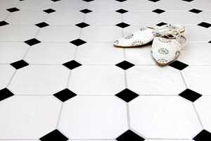 <b>OKTOGON:</b> For å få en hel flate med åttekantete fliser, brukes en liten firkant i tillegg. Med fravikende farge blir dette en klassisk dekor.
