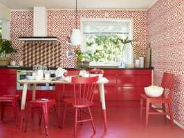 <b>RØDT: </b>Rødt trigger følelser og kreativitet. Et rødt rom oppfattes som romantisk, spennende og gøyalt.