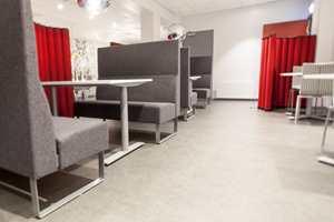<b>VARIERT MØBLEMENT:</b> Restauranten er møblert med ulike typer café- og restaurantmøbler. Møblene og skilleveggene kommer fra Erik Jørgensen, Kinnarps og Skandiform.