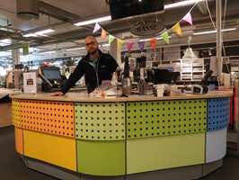 <b>ALT PÅ SAMME STED:</b> Butikksjef i Fargerike Grimstad, Erik Mørland Thomassen, mener butikk og håndverk er nøkkelen til suksess.