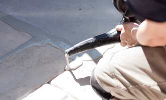 Fugemassen som benyttes er tyntflytende, og kan helles forsiktig i sprekkene med en kanne med tynn stråle.