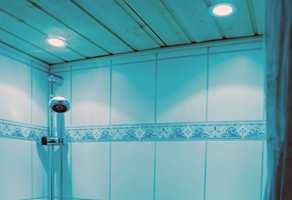 Å montere dowlights i himlingen på badet kan medføre lekkasjer.