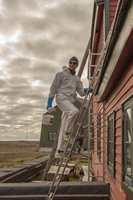 <b>SPONSING: </b>Opprinnelig malte man på Svalbard med den fargen de hadde tilgjengelig. I forkant av oppussingen ble det tatt prøver av alle trefasader, og ny farge er avstemt mot de opprinnelige. Nordsjö fikk deretter malingen sendt til kai i Tromsø, og derfra videre til Isfjord med småbåter for påføring av en gjeng frivillige. (Foto: Basecamp Explorer)