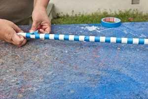 <b>MASKERING: </b>Blå utendørs maskeringstape ble brukt som avgrenser og som bredde på stripene. (Foto: Chera Westman/ifi.no)