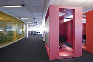 De elleve dekorfargene brukes vilkårlig i blant annet farget glass og på vegger.