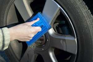 MELLOMGROV PAD: Blå skurepad er velegnet for rengjøring av dekk, felger og hjulkapsler.
