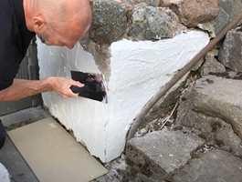 FIKSE MURVEGG: Teglsteinsvegger og steinmurer kan få et nytt utseende ved litt slemming med Casco HusFix. Du kan bruke sparkelmassen både ute og inne, og det er lett å få til et godt resultat. Påfør med bredsparkel, malerull eller med murskje.