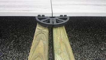 <b>HØYDEJUSTERING:</b> Flisene kan enkelt justeres i høyden ved installasjon. Etterjustering gjøres ved hjelp av en nøkkel.