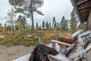 HYTTEDRØM: I den norske hyttedrømmen inngår å sitte foran peisen med et glass rødvin, og med barna som griller pølser på bålpanna på terrassen.