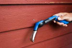 Tohåndsskrapen har et hammerhode slik at du kan slå inn spikere som du oppdager stikker ut.