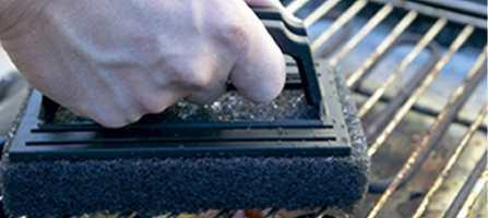 Før vi flytter ut i hager og på terrasser, føles det godt med en grundig vask av grillen, hagemøblene og vinterhjulene til bilen. Med en skurepad som har et godt grep går jobben i en fei.