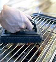 GROV PAD: Fjorårets fett og matrester fjernes lett fra grillen ved hjelp av en grov skurepad.