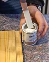 <b>BARE RØR: </b>For å fordele pigmentene i boksen, er det viktig å røre godt om.