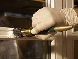 En velmenende men ukyndig hjelper har fjernet malingsrester på vinduene med white spirit. Flekken ble ikke borte, men det ble liggende som en