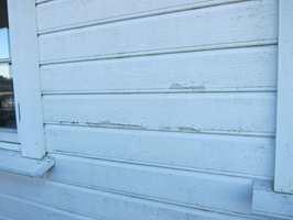 For tynt strøk maling på huset kan gi store problemer, blant annet avflassing.