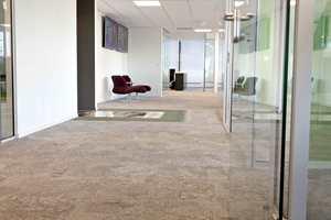 De mange fargene i det «ensfargede» teppet gir liv og dynamikk til gulvflaten.