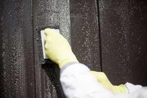 SORT PAD: Fasader og andre tredetaljer som skal males vaskes gjerne med en grov skurepad. Den vil bidra til å matte ned flaten slik at ny maling får godt feste.