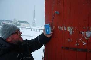 <b>FUKTGRENSE: </b>Man skal unngå å male kledningen om fuktinnholdet i overstiger 16 vektprosent og om lufttemperaturen er under +10 grader. Overflatetemperaturen bør ikke være under +5 grader. På Svalbard ble det gjort noen kompromisser med dette, forteller Per Myhre, teknisk sjef hos Nordsjö Norge. (Foto: Nordsjö)