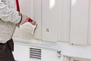 <b>TØRT: </b>Skrap vekk løs maling og eventuelle blærer. La treverket tørke godt før du påfører grunning på flekker med bart treverk.