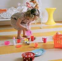 Linoleum er et naturprodukt som føles behagelig mot bare barneføtter.