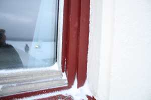 <b>RÅTE: </b>Vinduene i alle bygg fikk samme behandling som trekledninger, men med One Door & Window Tech som toppstrøk. Noen få steder, hvor det hadde blitt snø liggende over tid, fantes råte. Ellers var treverket i vinduene i god teknisk stand. (Foto: Per Myhre/Nordsjö)