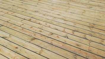 RESULTAT: Nå er terrassen nullstilt, og klar for ny beis eller olje i ønsket farge. La treverket tørke godt før du setter i gang med det.