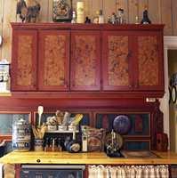 Slik ble et nytt kjøkken pusset opp i 90-årene. Glatte skapdører ble malt med ulike teknikker for å se gamle ut. Kjeksbokser og såpekopper var gamle, kjøpt på bruktmarkeder. Fyllingspanelet på veggen bak var nylaget og malt med gamle bondefarger.