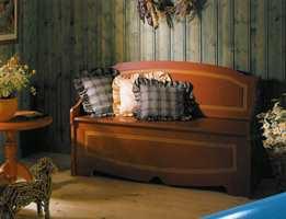Furuveggene fra 80-årene ble nå lasert. Slik ble det farge samtidig som man beholdt inntrykket av treverk. Den nye benken i gammel stil ble malt i bondefarger. Puter med rysjer hørte med i den gammelromantiske trenden.