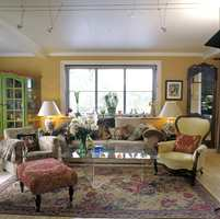 90-talls stuen var en miks av gammelt og nytt, som gamle stilmøbeler og plexibord. Bruktmarkeder ble flittig besøkt. Tekstilene var kraftige, i fuskpels med dyretrykk eller gobelinvev med frodige motiver som blomster og frukt. Sorte persienner erstattet gardiner og var virksom kontrast. Det grønne skapet var typisk nok kjøpt trehvitt og egenhendig dekorert.