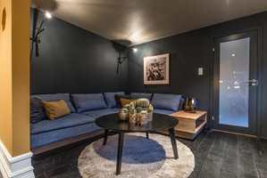 Mørke gulv er i vinden for tiden, og kan gi rommet et eksklusivt preg.