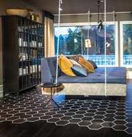 – Ved å blande materialer i interiøret kan du skape spennende kontraster, og rommet blir mer personlig, sier Ingrid Holst i Tarkett.
