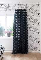 Silhuetter av bare kvister er trykket i sort og grått som gir en livfull skyggeaktig effekt.