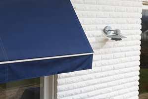 Markiser og parasoller bør rengjøres godt og eventuelt impregneres, før de settes bort.