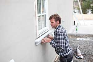 Det er første gangen snekker Arild Gromholt monterer utendørs listverk laget av PU-skum. Tilbakemeldingene er gode.