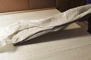 Etter sliping er det viktig å få fjernet alt støv. Bruk støvsuger og vær grundig. Gå gjerne etter med en myk og tørr mopp.