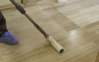 Lakken slås ut over en del av gulvet og rulles ut med en fin mikrofiberrull som ikke loer. Arbeid raskt.