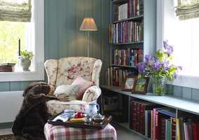 Malt i samme farge som veggen blir bokhyllene en naturlig del av rommet.
