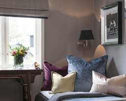 Gulvteppe og puter i ymse farger og teksturer står fint til varmgrå vegger og liftgardin.