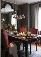 <b>MANGE SLAGS SKINNER:</b> I denne spisestuen er gardinene sydd med bredt bånd og montert på skinner. Legg også merke til at skinnen er montert høyt over vinduskarmen. Dette knepet får vinduet til å virke større og rommet høyere.