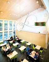 Valget av gulvprodukter i Abel ungdomsskole i Gjerstad er gjort med omhu. De mørke keramiske flisene skal tåle vintersko og piggsko.