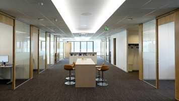 <b>TYNGDE:</b> Kontorbygget består av åpne korridorer og fellesarealer, i tillegg til de mindre cellekontorene og møterommene. På store flater er det viktig at gulvet har en viss tyngde og tekstur, slik at overflatene kan tilføre en opplevelse av liv til rommene.