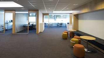 <b>NATURENS GANG:</b> I bygget er det lagt 3.600 kvadratmeter med teppefliser fra Modulyss/INTAG i designen «On-line 2» i fargene 830 og 832. Fargene i teppeflisene er inspirert av naturen, og gulvet er særlig godt egnet for tungt og intensivt bruk, som passer bra i et kontormiljø.
