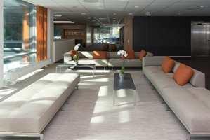 <b>MARKØR:</b> Den sosiale sonen i 3. etasje i kontorbygget er markert med teppefliser i en lysere kulør.