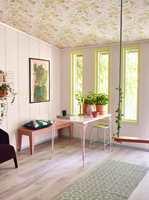 <b>GULT:</b> Fargerike tok opp igjen rosa som veggfarge da de lanserte rosa som årets farge i 2016. Her kombinerer stylist Christine Hærra det lekent med innslag av gult og roser i taket. (Foto: Fargerike)