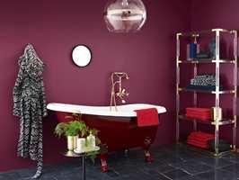 <b>ALLE ROM:</b> Rødt er for alle og for alle rom, ifølge det kreative teamet hos Fargerike. Så hvorfor ikke male badet i fargen Cosmopolitan? (Foto: Sveinung Bråthen/Fargerike, Stylist: Christine Hærra)