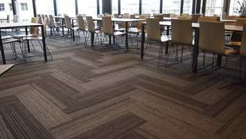 <b>BEDRE LYD:</b> Restaurantenes akustiske miljø er viktig for både de ansatte og for gjestenes opplevelse. – Tekstilgulv forbedrer lydmiljø betraktelig, mener Interface Norge.