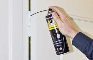 <b>PENETRERENDE:</b> Rust-Oleum Multi-Purpose Spray fra Alanor er penetrerende og trenger inn i overgangen mellom hengslene. Den lange tuten gjør det enkelt å komme til.